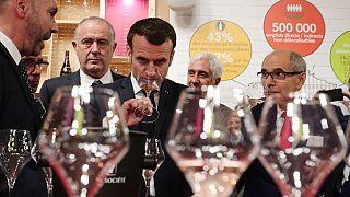 امانوئل ماکرون، رئیس جمهوری فرانسه در حال چشیدن شراب