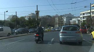 Der Straßenverkehr in Athen unterschied sich am ersten Tag des Lockdowns kaum von anderen Werktagen