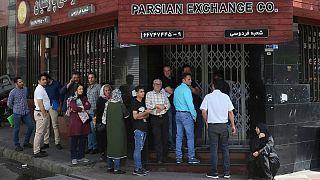 صف خرید ارز در مقابل یک صرافی، تهران