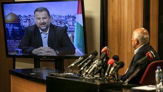 جبريل الرجوب، المسؤول في حركة فتح، في مدينة رام الله بالضفة الغربية يتحدث عبر الفيديو مع نائب رئيس حماس صالح العاروري