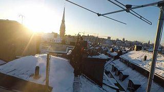 تراكم الثلوج على أسطح المنازل في ستوكهولم مع مواجهة السويد لتساقط ثلوج مستمر منذ بداية العام الجديد.