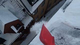 Balanceakt: Schneeschippen auf den Dächern Stockholms