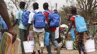 D'anciens enfants soldats rentrent chez eux après avoir reçu du matériel et des fournitures lors de la libération d'un enfant soldat au Sud-Soudan (le 12 février 2019)