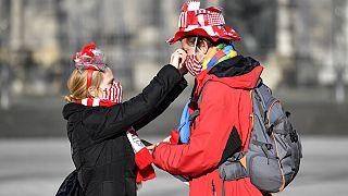 Mit Kostüm und Maske: ein Paar in Köln