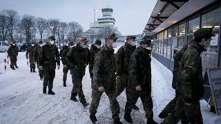 Солдаты Бундесвера направляются на вакцинацию в Берлине.