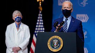 الرئيس جو بايدن خلال زيارة لمختبر الفيروسات في المعاهد الوطنية للصحة، الخميس 11 فبراير 2021 ، في بيثيسدا