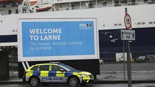 Polizeiauto am Hafen von Larne, Nordirland