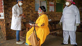 Uma mulher sul-africana ouve as explicações sobre o teste de despistagem de Covid-19 que se prepara para fazer