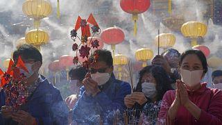 مؤمنون يصلون في هونغ كونغ احتفالاً بالسنة القمرية الصينية الجديدة