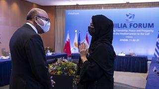 وزير خارجية البحرين عبد اللطيف الزياني متحدثاً مع وزيرة الدولة الإماراتية لشؤون التعاون الدولي ريم الهاشمي