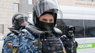 عناصر من الشرطة الروسية أمام مقر المحكمة حيث يمثل نافالني في موسكو