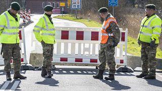 عناصر من الشرطة الدنماركية عند الحدود مع ألمانيا