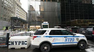 سيارة شرطة مركونة بجانب برج ترامب في نيويورك