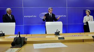 رئيسة المفوضية الأوروبية أورسولا فون دير لاين ورئيس البرلمان الأوروبي ديفيد ساسولي و رئيس الوزراء البرتغالي أنطونيو كوستا ، مبنى البرلمان الأوروبي في بروكسل يوم ١٢ فبراير ٢٠٢