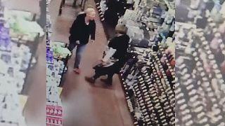 لحظه ای که مشتری به سمت کارگر فروشگاه برای زدن سیلی بر میگردد