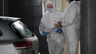 Técnicos forenses dinamarqueses trabalham em Apotekerhaven em Holbaek, Dinamarca