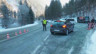 Eine inländische Grenz- und Coronatest-Kontrolle in Tirol