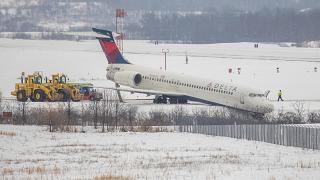 انزلاق طائرة تابعة لشركة دلتا في حفرة كبيرة في مطار بيتسبرغ الدولي في موون تاونشيب.