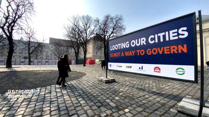 Des panneaux d'affichage devant la mairie de Budapest, comme un défi à l'administration Orbán.