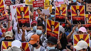 لافتات عليها صورة الزعيمة المدنية الميانمارية المحتجزة أونغ سان سو كي في مظاهرة ضد الانقلاب العسكري، يانغون، ميانمار، 12 فبراير 2021