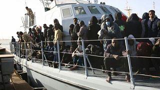 Bootsmigrantinnen und -migranten auf einem Schiff der libyschen Küstenwache