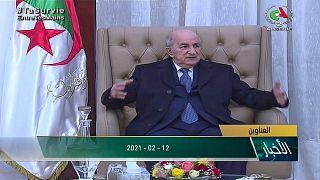 صورة مأخوذة من مقطع فيديو للتلفزيون الجزائري للرئيس عبد المجيد تبون لدى عودته من ألمانيا