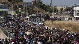 مهاجرون يشاركون في مسيرة بالقرب من مدينة ميتيليني ، في شمال شرق جزيرة ليسبوس، اليونان.