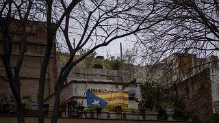 Una estelada o bandera de la independencia cuelga en un patio en Barcelona, España, el jueves 11 de febrero de 2021.