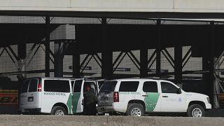حرس الحدود يحتجزون المهاجرين بعد عبور حدود ريو غراندي الطبيعية بين إلباسو بولاية تكساس في الولايات المتحدة وسيوداد خواريز بولاية تشيهواهوا  في المكسيك