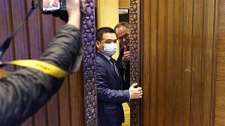أحد المسؤولين من منظمة الصحة العالمية قبيل مؤتمر صحافي في ووهان