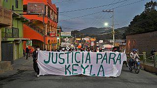 """أصدقاء وأقارب كيلا مارتينيز الممرضة التي عثر عليها ميتة داخل زنزانة للشرطة الوطنية في لاسبيرانزا يتظاهرون حاملين لافتة كتب عليها """"العدالة لكيلا""""، لاسبيرانزا 12 فبراير 2021"""
