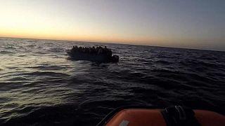 """فريق من """"أوبن آرمز"""" يقترب من قارب في حالة سيئة ينقل مهاجرين"""
