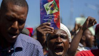 Un manifestante sostiene una copia de la constitución haitiana durante una protesta para exigir la dimisión de Jovenel Moise en Puerto Príncipe, el 10 de febrero de 2021