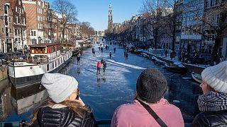 توجه عشرات المتزلجين إلى قناة برينسنغراخت التاريخية في أمستردام السبت لممارسة التزلج على جزء صغير من سطحها المتجمد لأول مرة منذ عام 2018