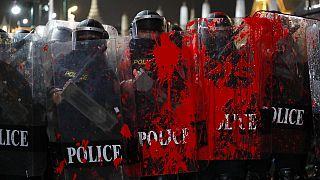 Les boucliers des policiers thaïlandais tachetés de peinture rouge, à Bangkok, Thaïlande, le 13 février 2021