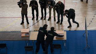 Préparation d'un bureau de vote dans un gymnase de Barcelone, avant les élections régionales du 14 février. Photo prise le 13/02/2021, Barcelone, Espagne