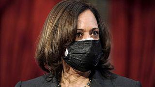 Kamala Harris mit zwei Masken
