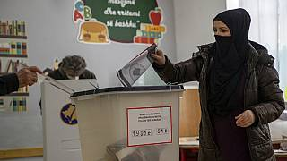 Dans un bureau de vote à Pristina, Kosovo, le 14 février 2021