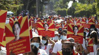 متظاهرون ضد الانقلاب العسكري في مدينة يانغون، العاصمة الاقتصادية لميانمار