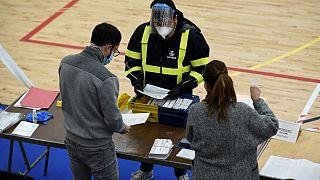 وصول أوراق اقتراع مرسلة بالبريد إلى مركز اقتراع في برشلونة خلال الانتخابات الإقليمية في كاتالونيا، 14 فبراير 2021