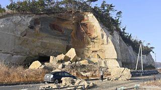 Sziklaomlás miatti úttorlasz a földrengés következményeként