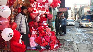Léggömbárus várja a vevőket Kabulban Valentin-napon