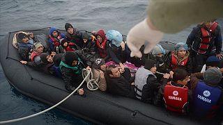Ege Denizi üzerinden Yunanistan'a iltica etmek isteyen göçmenleri taşıyan bir bot.