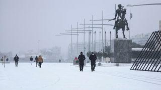 Schneesturm Medea in Griechenland: LKW-Fahrer über 20 Std. blockiert