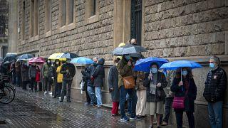 Colas en el exterior de un colegio electoral en Cataluña