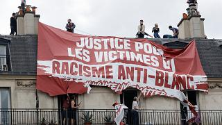 """Aktion der """"Génération Identitaire"""" in Paris im Juni: Die Rechtsextremen fordern Gerechtigkeit für Opfer von """"anti-weißem Rassismus"""""""