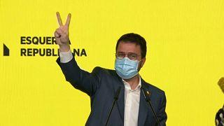 El candidato de ERC, Pere Aragonès, hace el signo de victoria