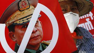 Manifestation contre la junte au pouvoir, ce lundi à Mandalay (Birmanie), le 15/02/2021