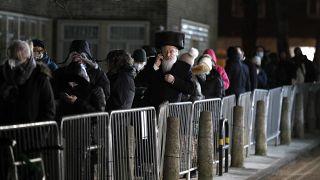 """Lunga fila al """"John Scott Vaccination Center"""" di Londra per la comunità Haredi, ebrei ortodossi."""