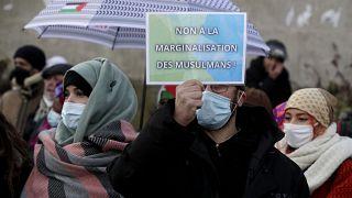 """متظاهرون في باريس يحتجون ضد مشروع قانون أطلق عليه اسم """"مناهضة الانفصالية""""- باريس في 14 فبراير 2021."""